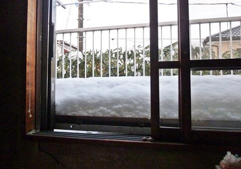 物干し台に雪