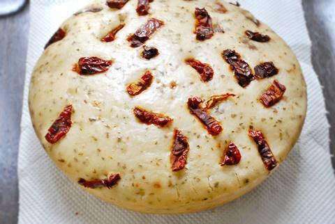 トマトとバジルの米粉パン