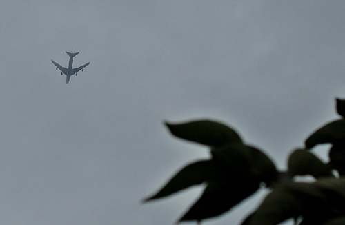 曇り空に飛行機