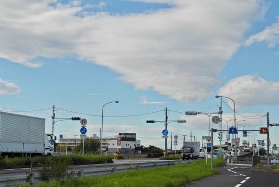 交差点と雲