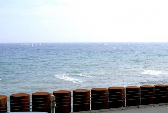 鎌倉高校前の海辺 鉄の円柱