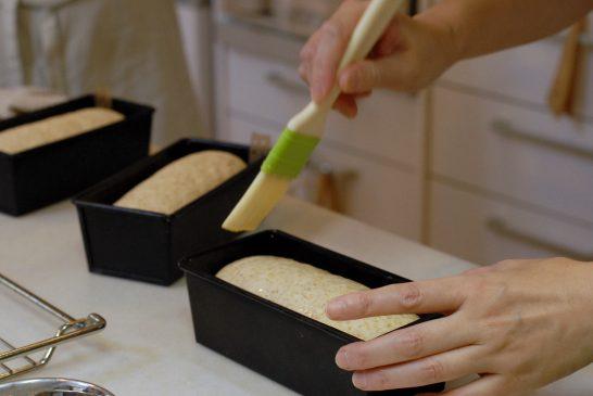 パンの表面にたまごをぬります。
