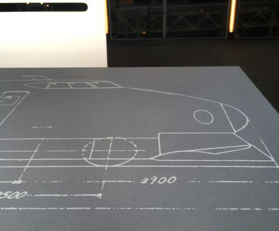テーブルのデザインは新幹線図面